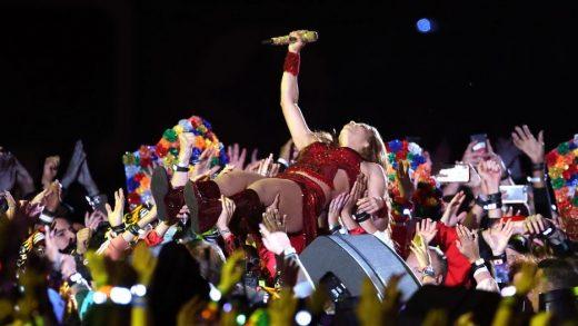 """Shakira """"Wherever, Wherever"""" Tops Charts Again"""